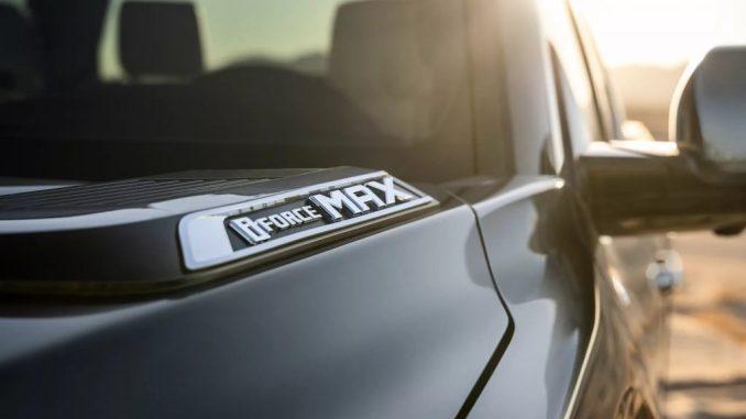 هذه صورة ترويجية لسيارة تويوتا تندرا هايبرد 2022 رمادية تحمل علامة i-Force MAX