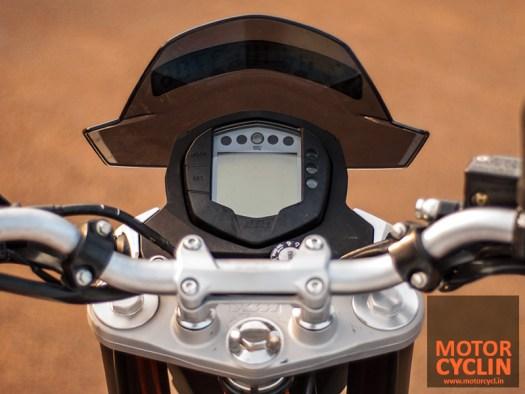 KTM Duke 390 photos cockpit