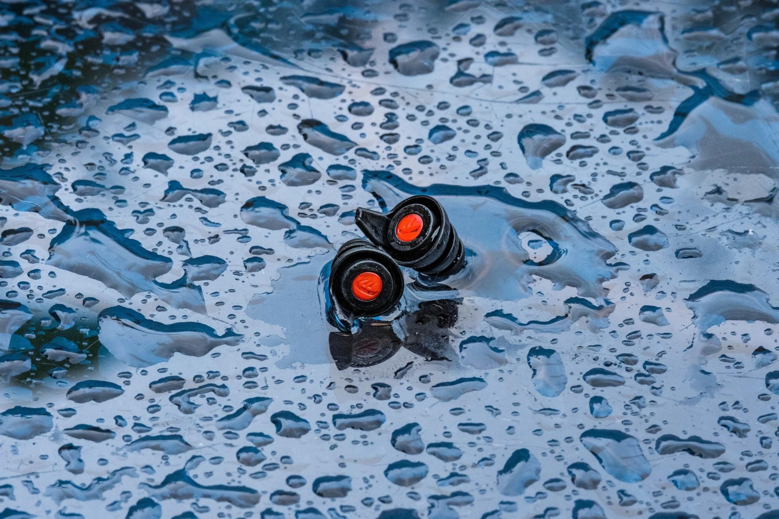 pinlock earplugs on wet glass