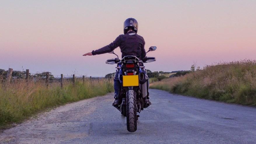 Biker code / hand signals: Turn left