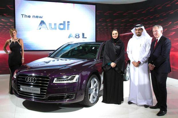 Ms. Sheikh Hanadi bin Nasser Bin Khaled Al Thani-CEO di Q-Auto con Mohammed Al Kuwari e Trevor Hill di AVME-Audi Vw Mid Est