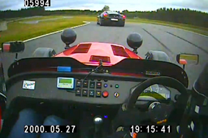 Watch a Caterham R500 chase down a Ferrari F430 Scuderia