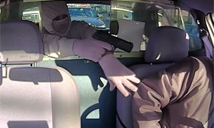 Friday FAIL: Taxi Robbery in front of Police