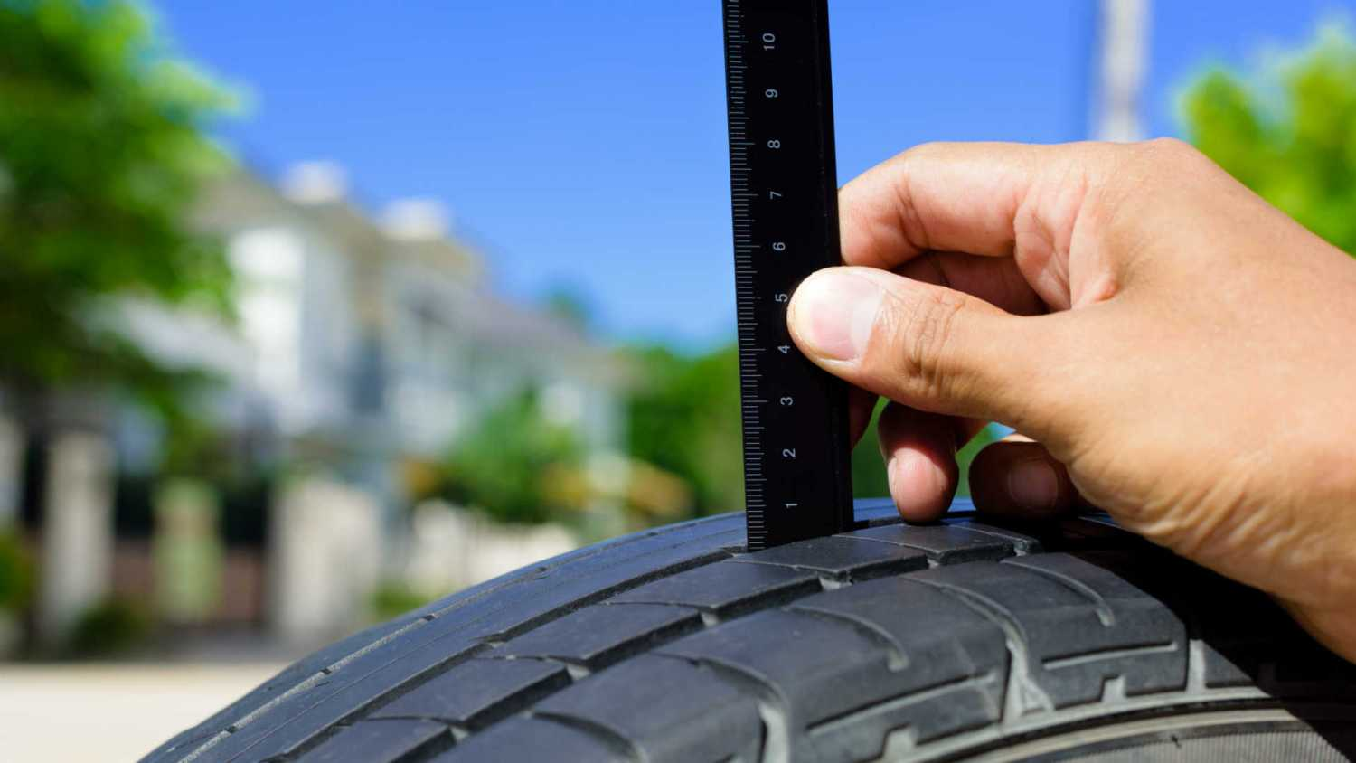 Checking tyre tread