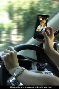 1-giovane-su-4-scatta-selfie-durante-la-guida-woman_selfie_002