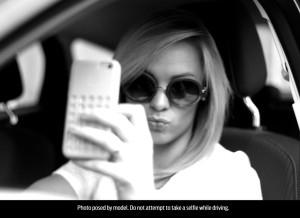 1-giovane-su-4-scatta-selfie-durante-la-guida-woman_selfie_004fl