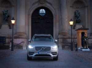 163774_Volvo_XC90_at_the_Swedish_Royal_Wedding