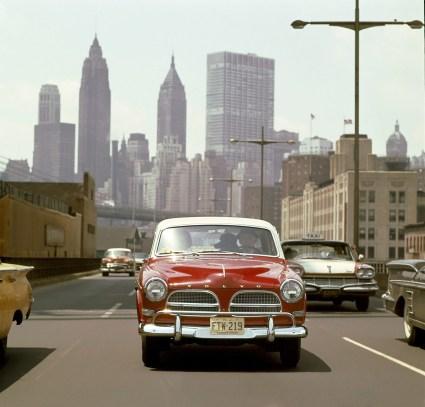 57215_122_USA_1958_Una_svedese_a_New_York_Una_Volvo_122_Amazon_del_1958