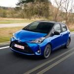 2017-toyota-yaris-hybrid-blue-dynamic-37