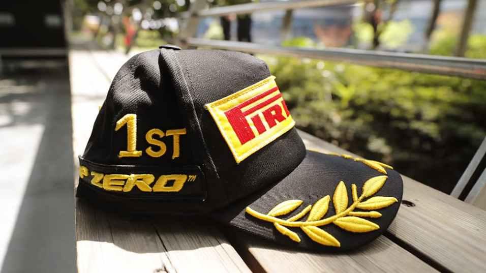24694_02-f1-un-cappellino-speciale