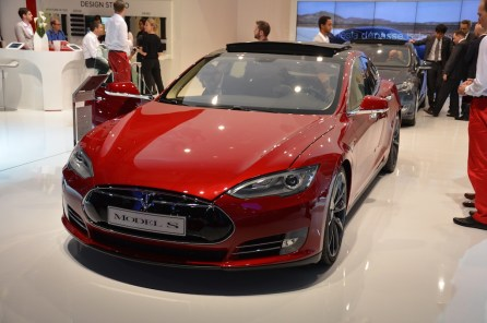 © MotorNews kw_Pariser Automobilsalon 2014 / Tesla Ladestationen