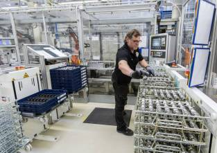© Daimler / Ausbau des Mercedes-Benz Werks Berlin zum Hightech-Standort für Komponenten zur CO2-Reduktion / Mercedes-Benz Werk Berlin, Deutschland: Montage der innovativen Motorsteuerung CAMTRONIC
