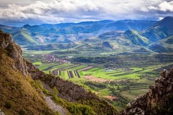 Coltestiul si cetatea Trascaului vazute de pe dealul Secuiului