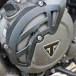 Sigla Triumph pe capacul de la motor