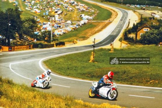 Die neuausgebaute Strecke am Sachsenring 1989, hier unter den Rädern von Lothar Neukirchner und Roland Rentzsch in der 250ccm-Klasse (SAR1989-S-45)