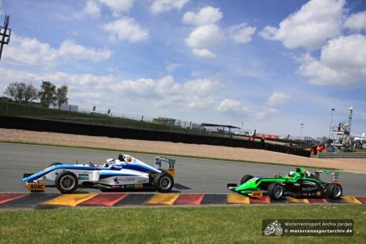 Mauro Auricchio (46) jagt die schnelle Marylin Niederhauser (55) im Qualifikationsrennen der ADAC Formel 4