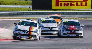 Rad-an-Rad-Duelle, wie man sie von einem Markenpokal gewohnt ist, gab es beim Renault Clio Cup Central Europe.