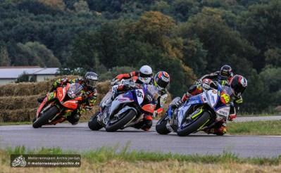 Zwischen Marek Cerveny (145), Sebastien Le Grelle (45) und Didier Grams (26) entfachte schon beim ersten Superbike-Lauf ein spannender Kampf um den Sieg.