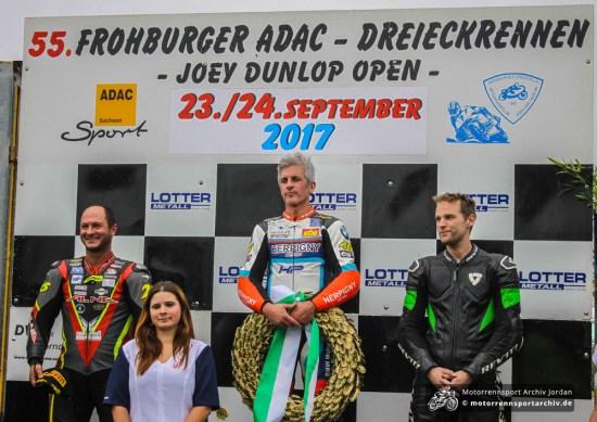 Das Podest des zweiten OPEN-Superbike-Rennens: Sieger Sebastien Le Grelle, der Zweitplatzierte Didier Grams (links) und Johan Fredriks.