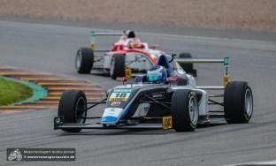 Julian Hanses beherrschte den ersten Lauf der Formel 4. Morgen folgen noch zwei weitere Rennen der Nachwuchstalente.