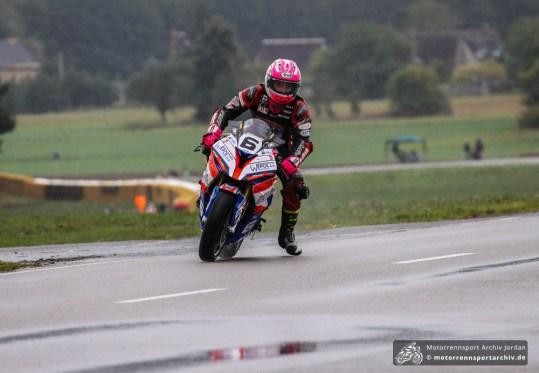 Davey Todd auf dem Weg zu seinem ersten internationalen Erfolg im Open-Superbike-Rennen.