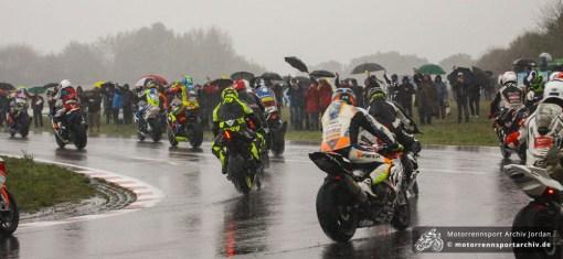 Trotz Absage des Finalrennens: Die Fahrer fuhren eine letzte Runde und verabschiedeten sich von den Zuschauern, die den ganzen Tag im Regen ausgeharrt hatten.