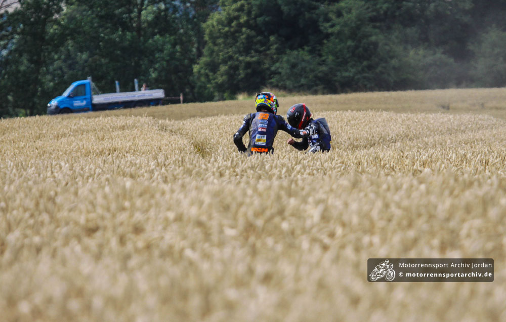 Die beiden unglücklichen Yamaha-R3-Cup-Piloten spendeten sich gegenseitig Trost.