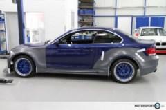 Seitenansicht eines blauen BMW E82 135i mit Breitbau Bodykit