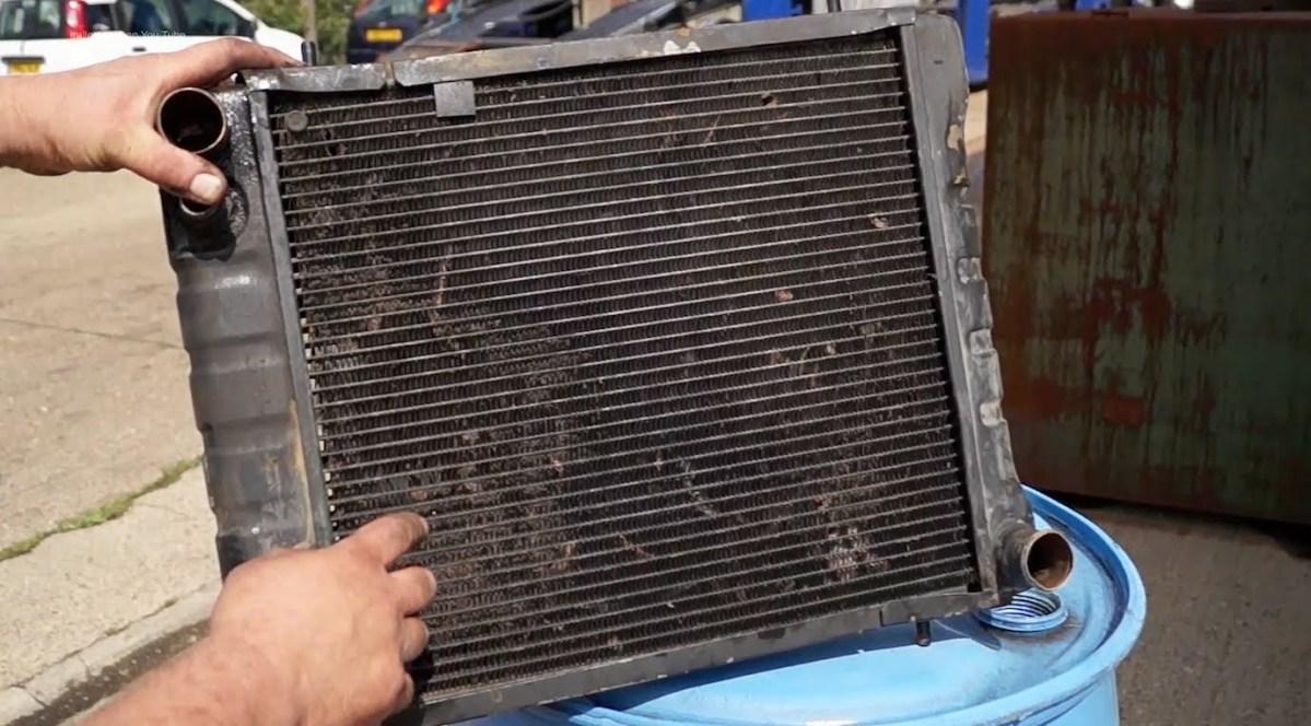 Como manter e substituir o sistema de refrigeração de um carro