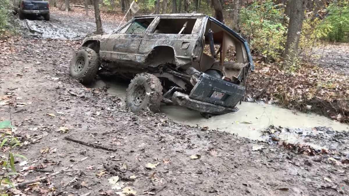 O que acontece quando levas um Jeep ferrugento para o mato...