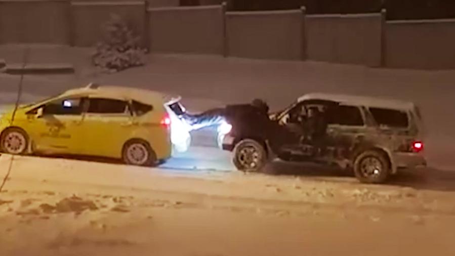 Esta é a pior maneira para se rebocar um carro...