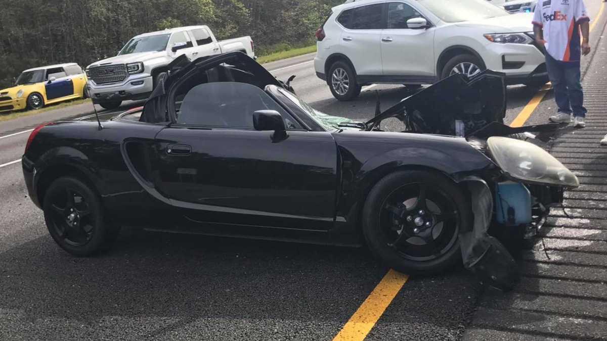 Condutor sai ileso deste acidente envolvendo um Toyota MR2