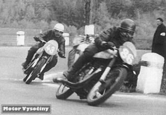Třída do 250 ccm – II. Horácký okruh – 1958 st. č. 86 Jan Novosad, Miroslav, Jawa 250 st. č. 43 Václav Kukla, Roudníky, Jawa 250