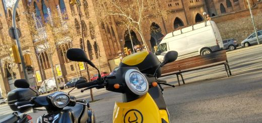 scooter muving estacionada en monumental