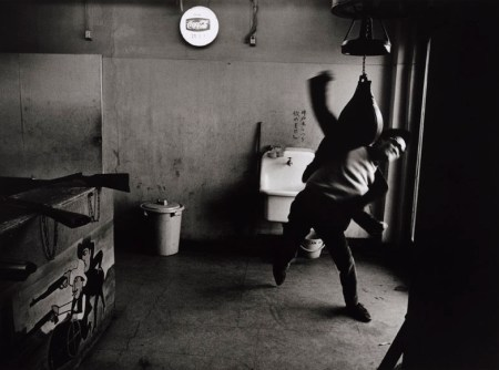 Shōmei Tōmatsu: Editor, Takuma Nakahira, Shinjuku, Tokyo, 1964 Bild: Collection of the Art Institute of Chicago © Tōmatsu Shōmei - Interface