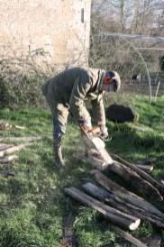 Préparation des piquets pour la construction des buttes
