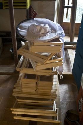 Les cadres des ruches en attente d'être monté (à la cire gaufrée)