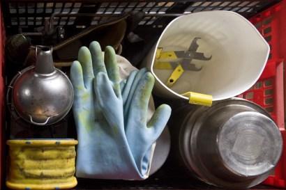 L'équipement de l'apiculteur : enfumoir, lève-cadre, gants…