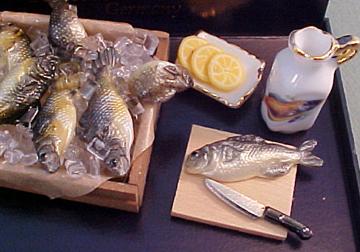Reutter Porcelain Miniature Fish Market Box 112 scale