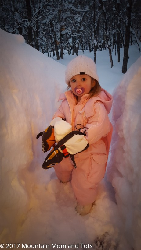 How to dress kids for winter play gloves and hat