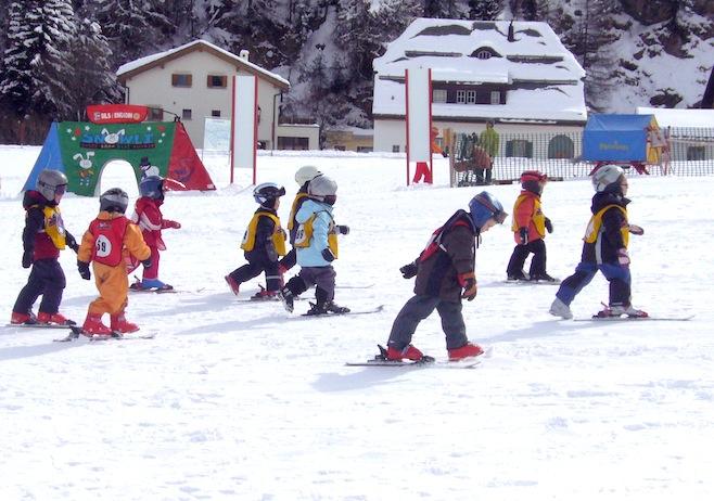 Bimbi a scuola di sci copia