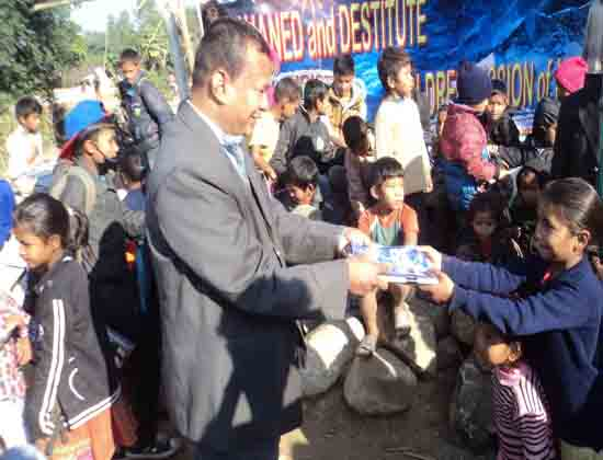 distribution-to-the-children-of-nepal