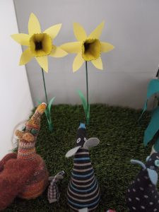 Esther, Micro and Hypno are looking at the daffodils