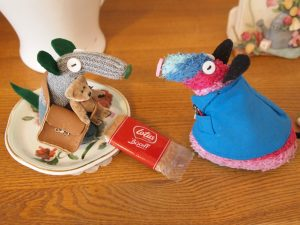 Ratvaark talks to Mo and leaves him a cafe biscuit.