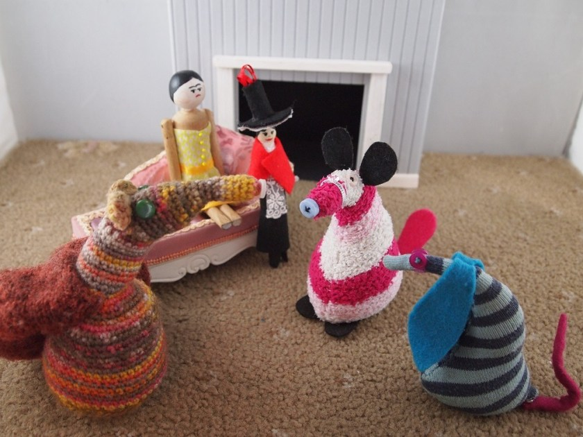 Matilda, Esther, Ofelia, Peggy and Mary are gathered in the living room.