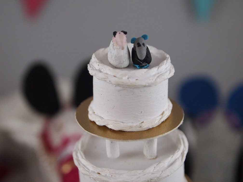 The cake has a tiny vaark couple on the top