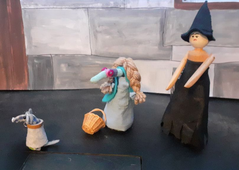 toto runs away from the witch
