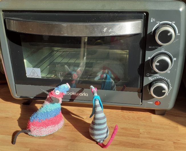 Ratvaark and ofelia watch the mini oven