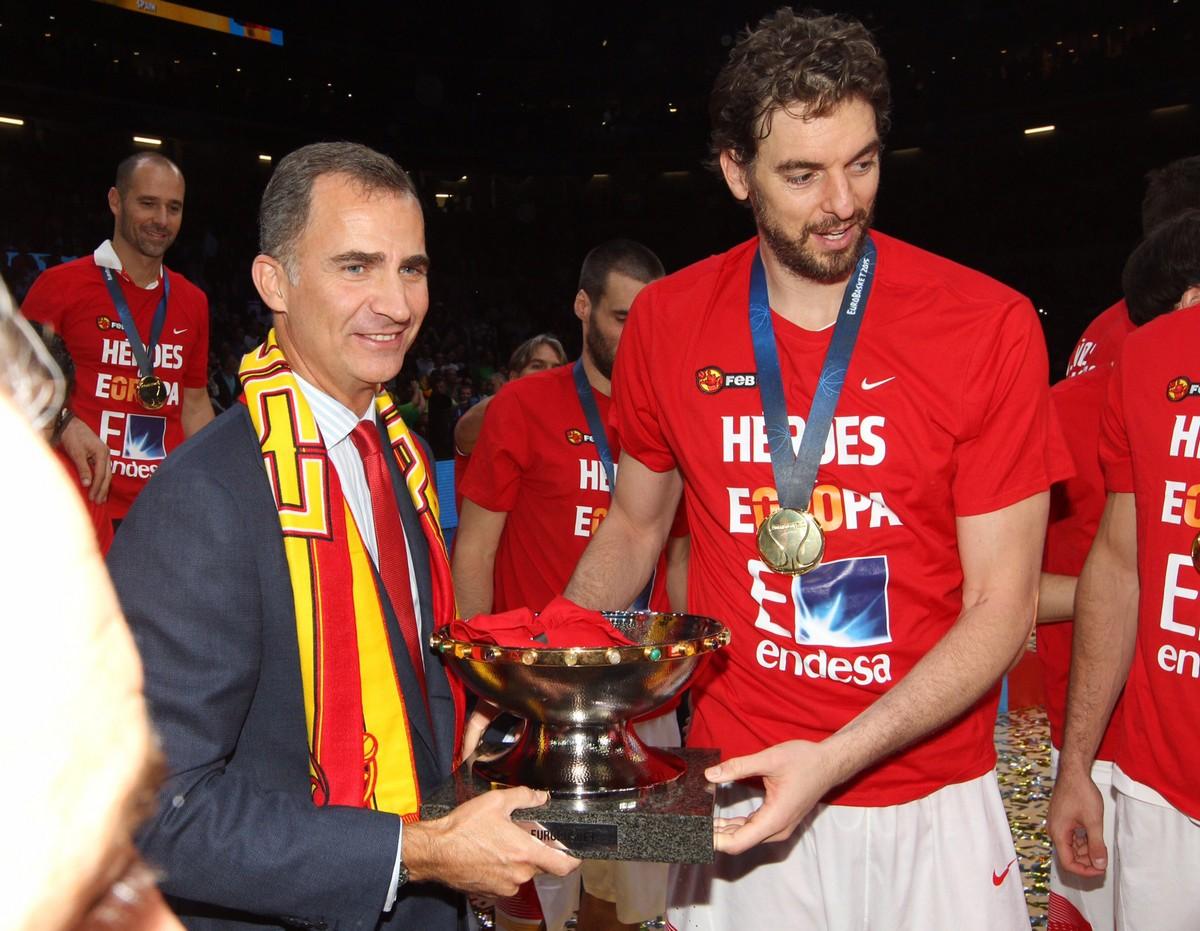 Rei Felipe festeja ttulo europeu conquistado pela seleo de basquetebol  MoveNotcias
