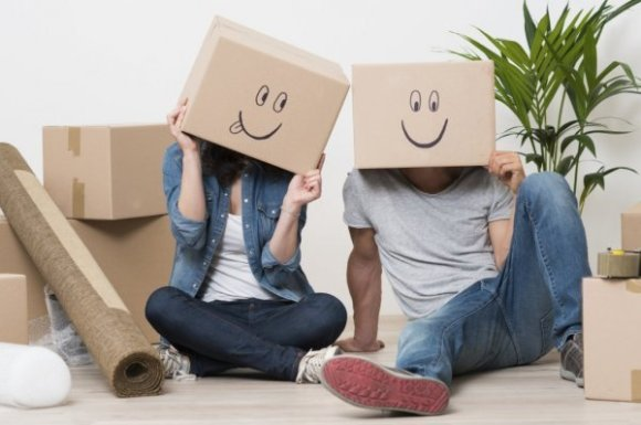 Couple-having-fun-while-moving-and-packing